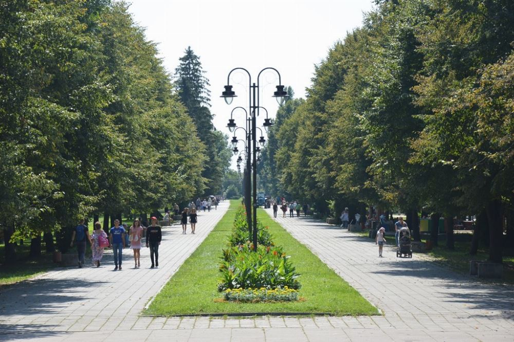 У центральному парку Луцька реконструюють зовнішнє освітлення