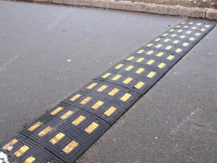 У Луцьку просять облаштувати засоби обмеження швидкості у дворі багатоквартирного будинку