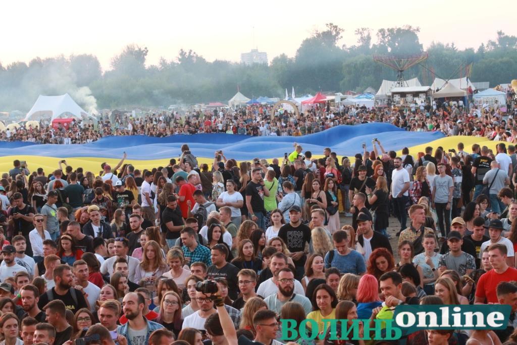 На «Бандерштаті» розгорнули найбільший у світі Державний Прапор України