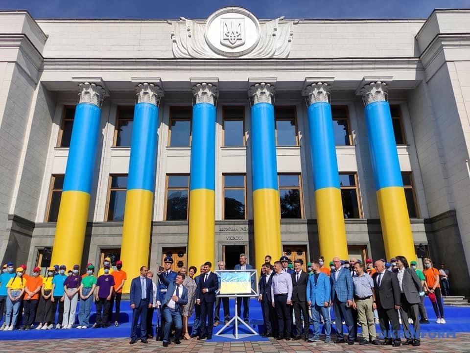Біля Верховної Ради урочисто відкрили стенд з Прапором Незалежності України