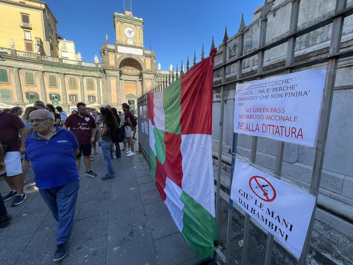 В Італії пройшли багатотисячні протести проти COVID-паспортів