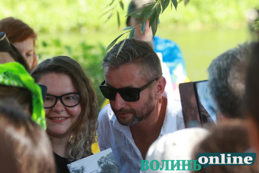 «Герої не помирають від стаціонарного лікування»: поезія Жадана зібрала сотні людей на «Бандерштаті»