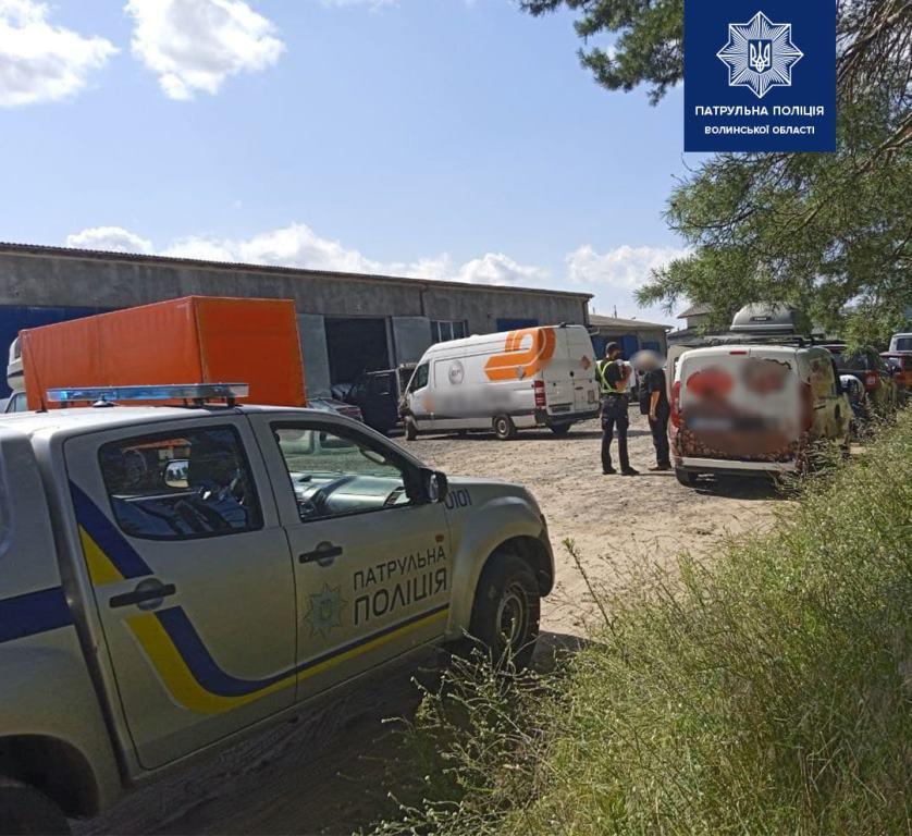 Волинські патрульні допомогли іноземцю, у якого вийшов з ладу автомобіль