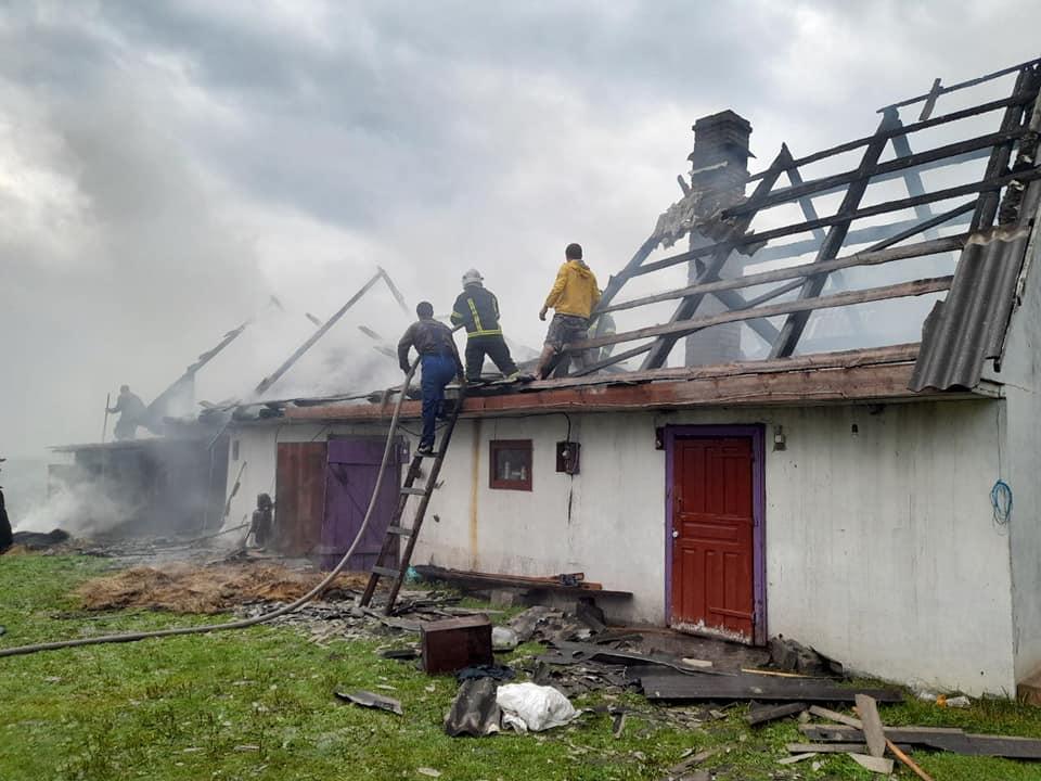 На Волині розряд блискавки спалив господарську будівлю