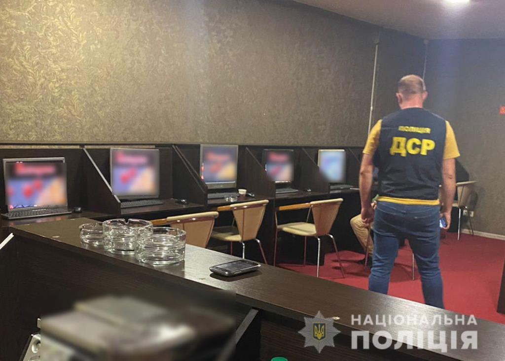 На проспекті Соборності у Луцьку правоохоронці припинили діяльність незаконного грального закладу