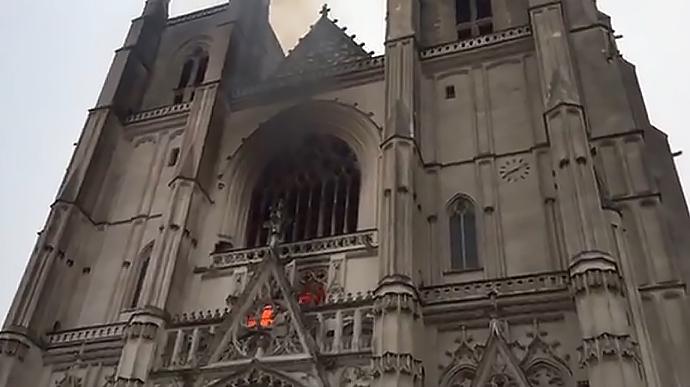 У Франції мігрант, підозрюваний в підпалі собору, вбив священика