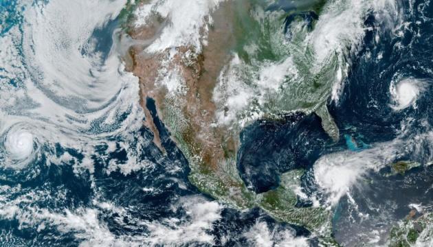 Супутник показав охоплену з усіх боків штормами Північну Америку