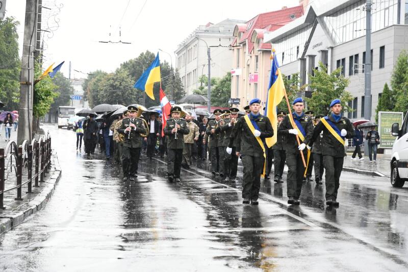 До Дня Незалежності України лучани вшанували героїв та пройшли урочистим маршем вулицями міста