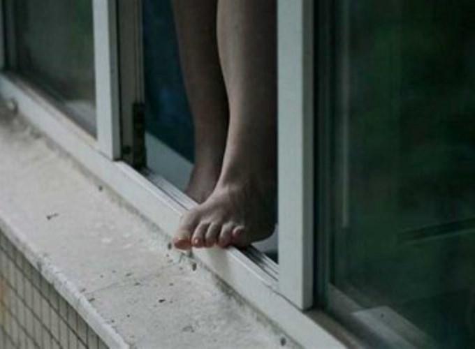 У Луцьку із 6-го поверху випала 19-річна жителька Нововолинська