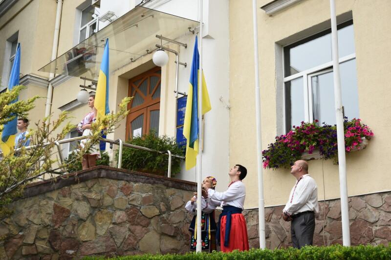 Перед будівлею Луцької міської ради підняли Державний Прапор України