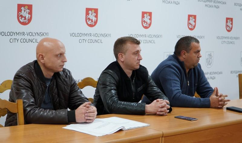 У Володимирі-Волинському аналізували проблему неякісно відремонтованого спортмайданчика