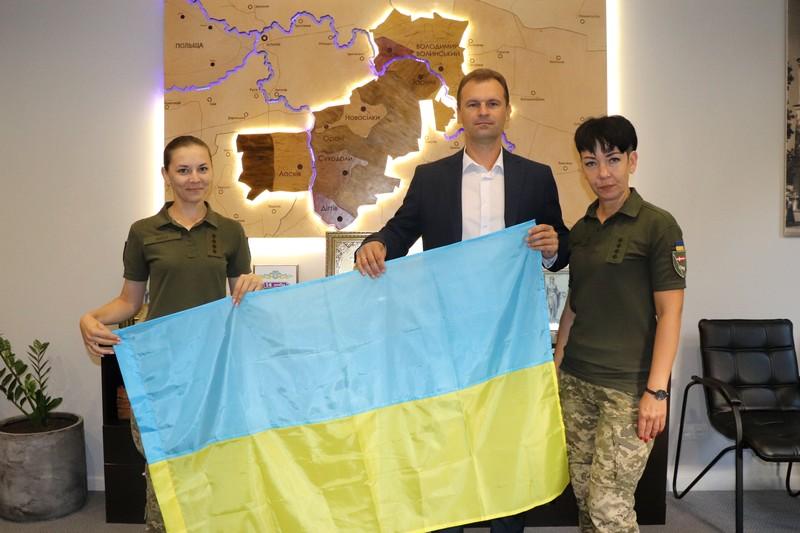 Над Володимир-Волинською міськрадою піднімуть прапор, який подарували військовослужбовці