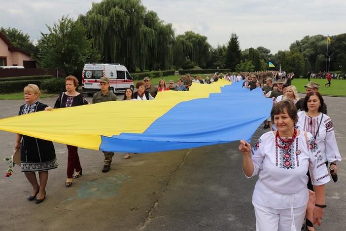 Центральною частиною Володимира-Волинського пронесли найбільший прапор громади
