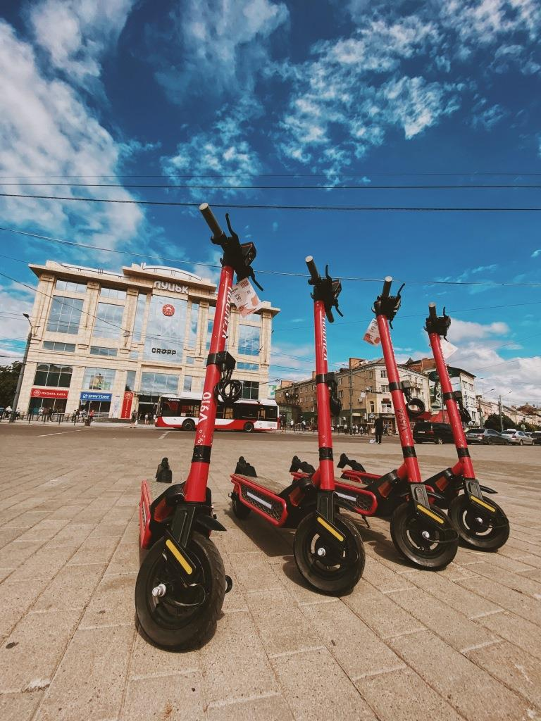 У Луцьку запустили вільний шерінг електросамокатів: як скористатися*