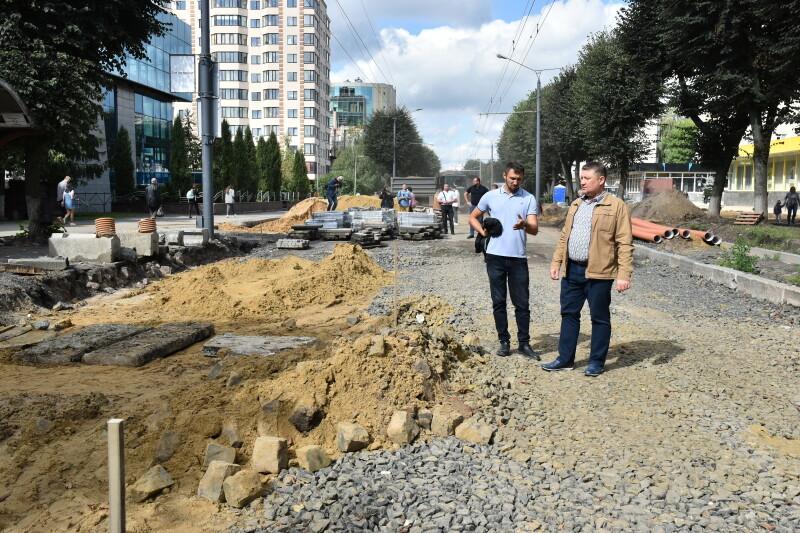 На проспекті Волі у Луцьку завершують укладання першого шару асфальту