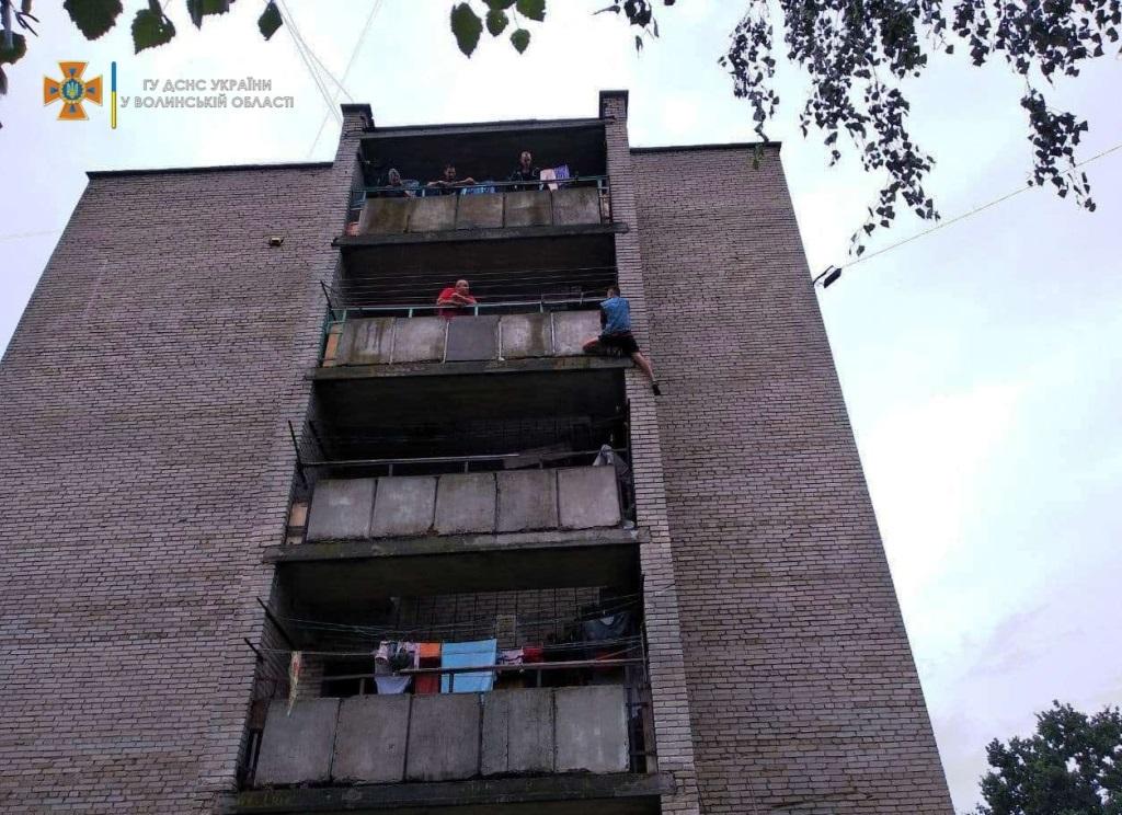 У Нововолинську чоловік намагався вистрибнути з четвертого поверху