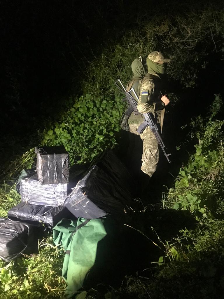 Волинські військовослужбовці поблизу Західного Бугу виявили човен та контрабандні цигарки