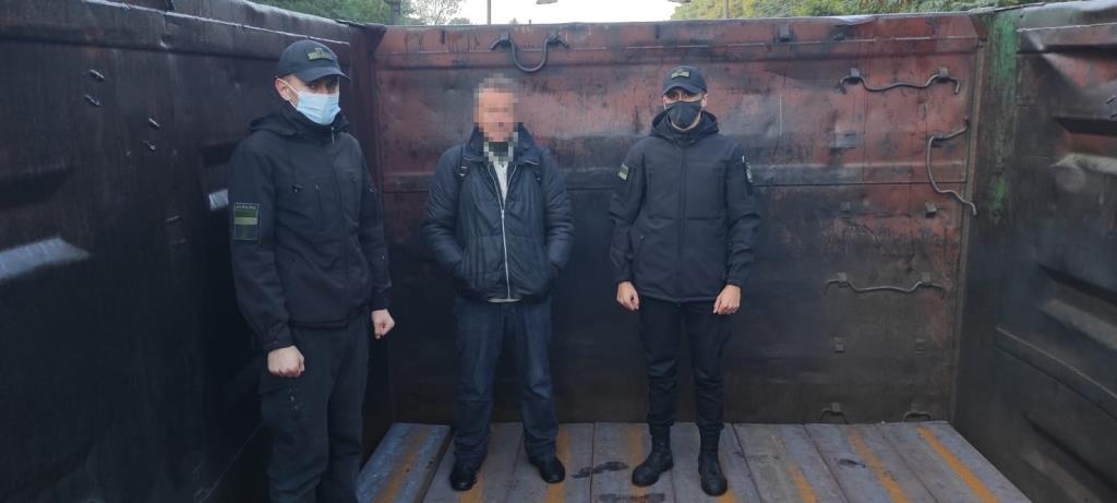 Волинські прикордонники виявили у вантажному вагоні українця, який їхав до Польщі