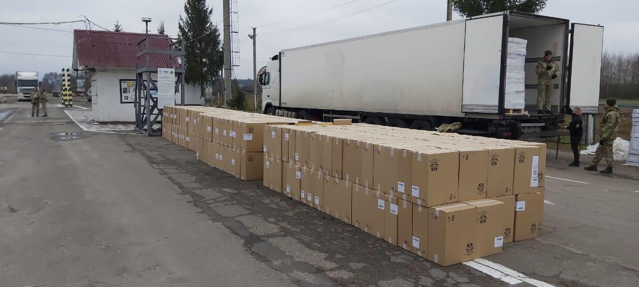 Суд на Волині призначив штраф контрабандисту, який під виглядом оселедців віз із Білорусі сотні ящиків сигарет