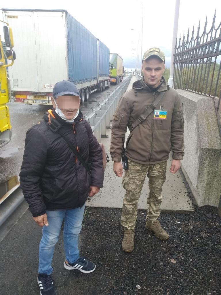 Біля «Ягодина» затримали турка, який в обхід пункту пропуску пробирався до Польщі