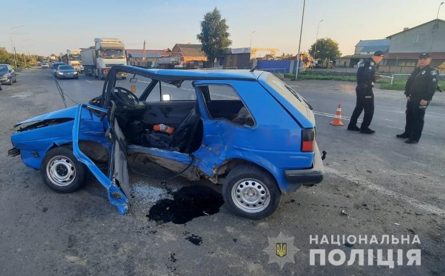 Поблизу Луцька зіткнулися Volkswagen та Renault, один водій у лікарні