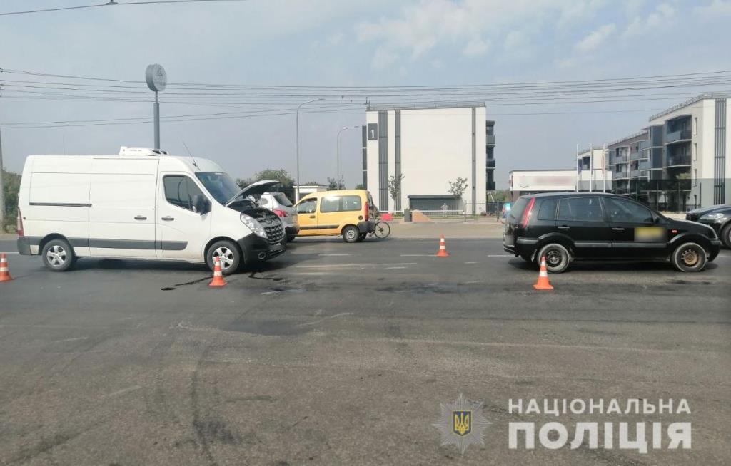 У Луцьку вантажівка зіткнулася з легковиком, є постраждалі
