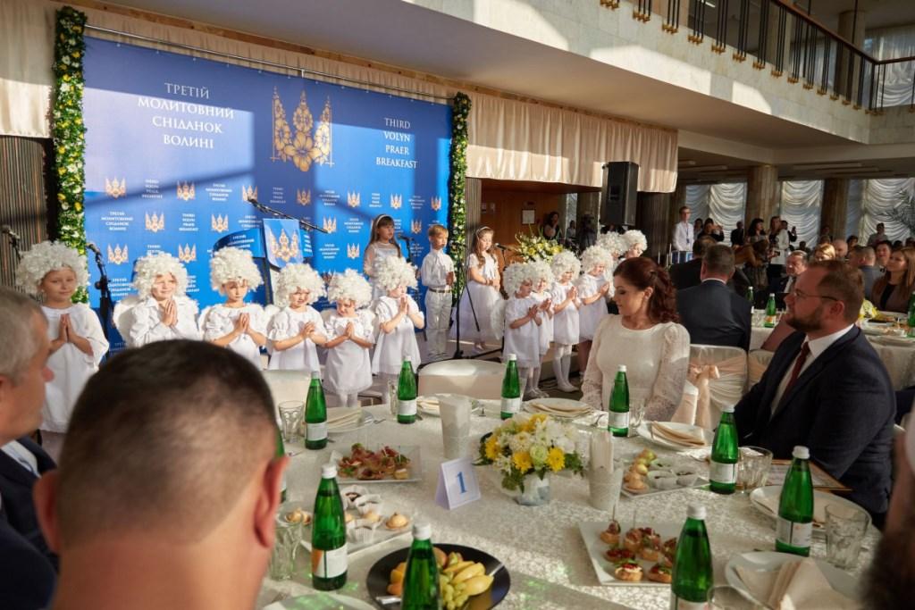 Третій молитовний сніданок у Луцьку: молитви за Україну та благодійний збір коштів