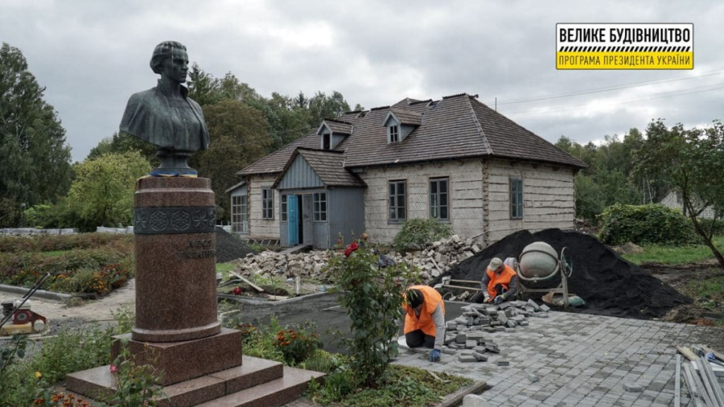 До кінця року обіцяють завершити реконструкцію «Лесиних» будинків у Колодяжному