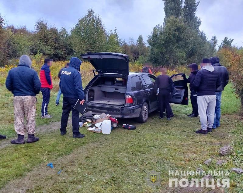 У селі поблизу Луцька правоохоронці продовжують відпрацювання щодо виявлення закладок і підозрілих осіб