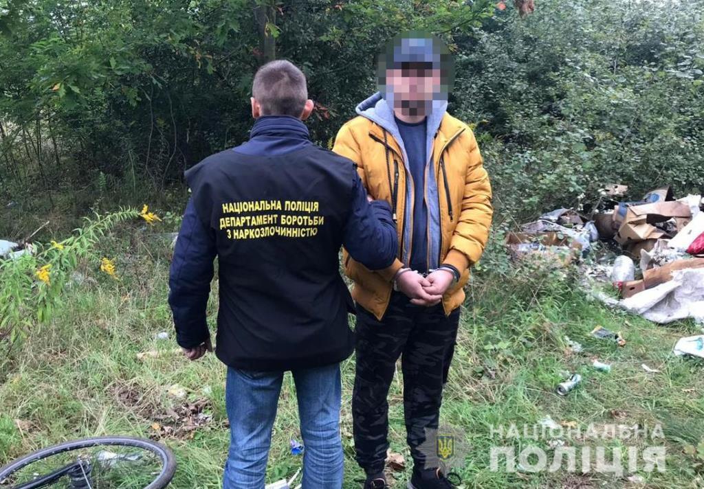 Волинянина, який розкладав наркотики на території села поблизу Луцька, взяли під варту