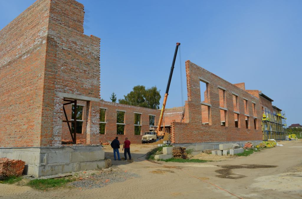 Представники влади проінспектували будівництво спорткомплексу у селищі на Волині