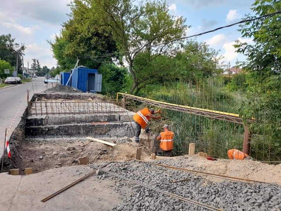 У Луцькому районі ремонтують міст через річку