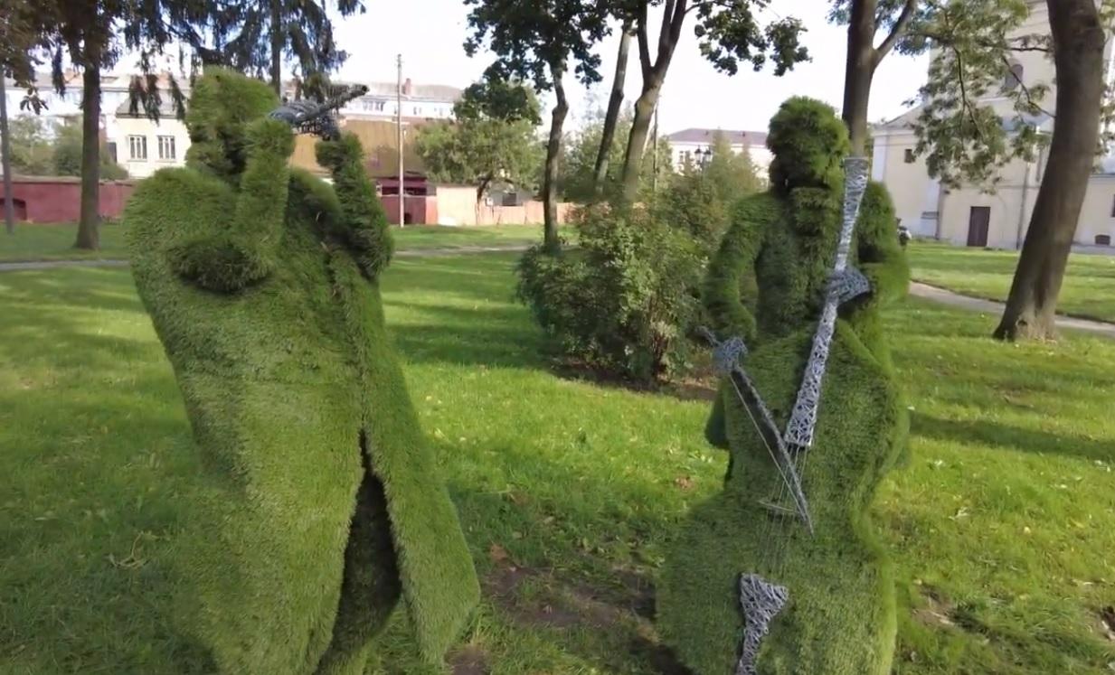 У Володимирі-Волинському встановили вічнозелені скульптури