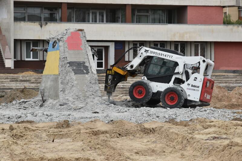 У Луцьку демонтують залишки постаменту на майдані перед Палацом урочистих подій