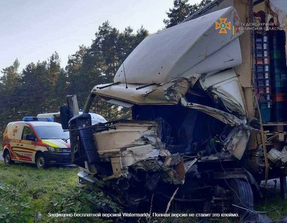 На Волині рятувальники деблокували потерпілого водія вантажівки