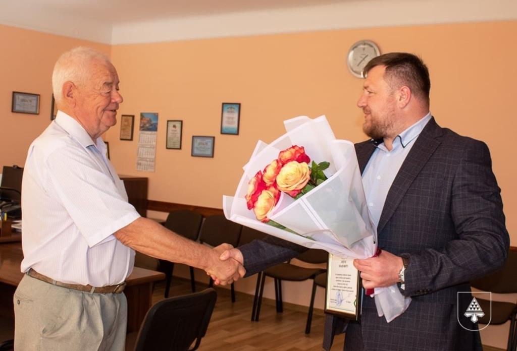 Прийняв на руки тисячі немовлят: у Нововолинську на заслужений відпочинок провели акушера-гінеколога