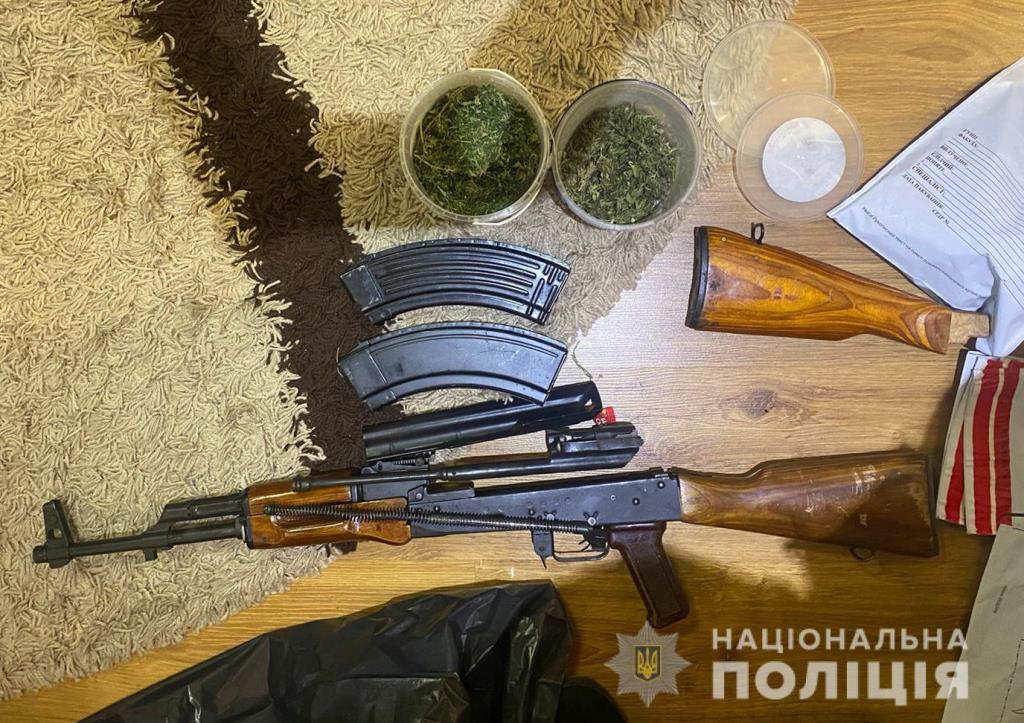 У жителя Ківерців вилучили зброю, наркотики та бурштин