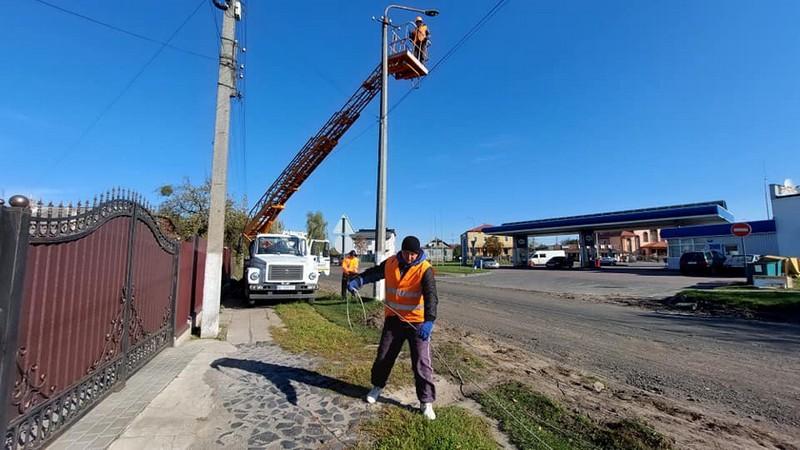 На вулиці Зимнівській у Володимирі-Волинському демонтують опори вуличного освітлення